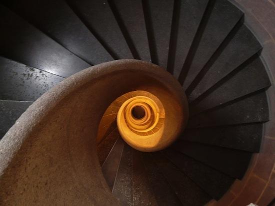 Почему в средневековые винтовые лестницы «закручены» по часовой стрелке